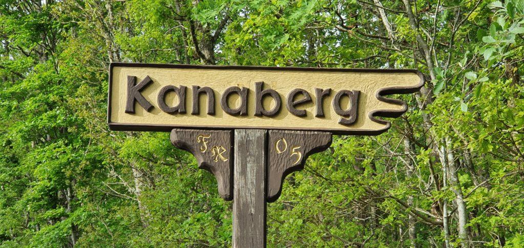 Skylten som pekar ut grottorna i Kanaberg / Karnaberg