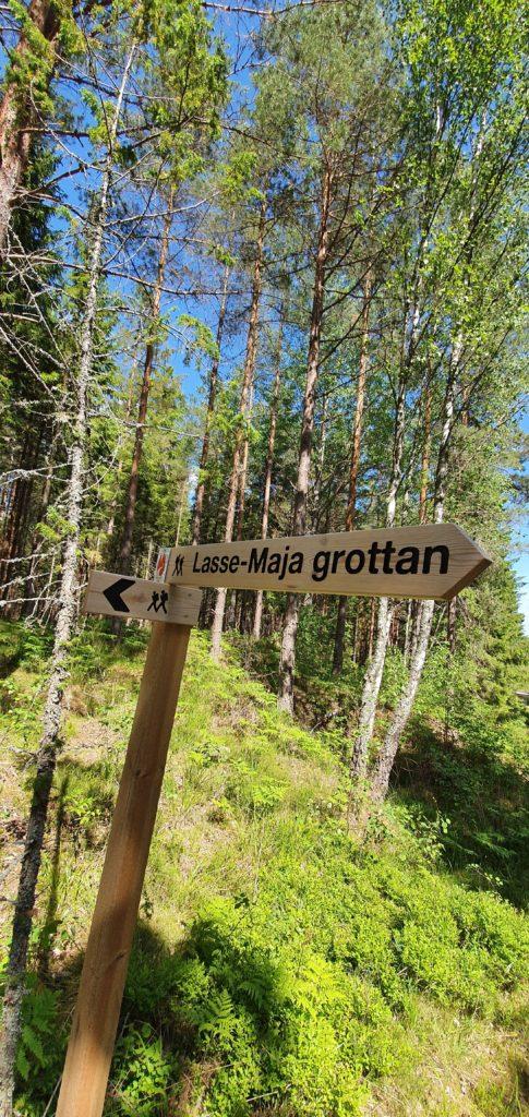 Skylt som pekar ut Lasse-Maja grottan