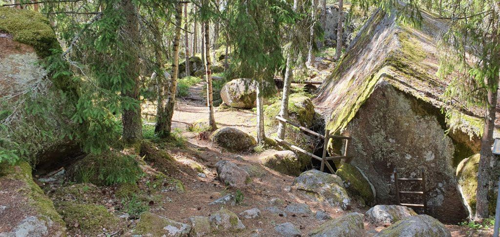 Klippna som ligger övanför Lasse-Maja grottan.