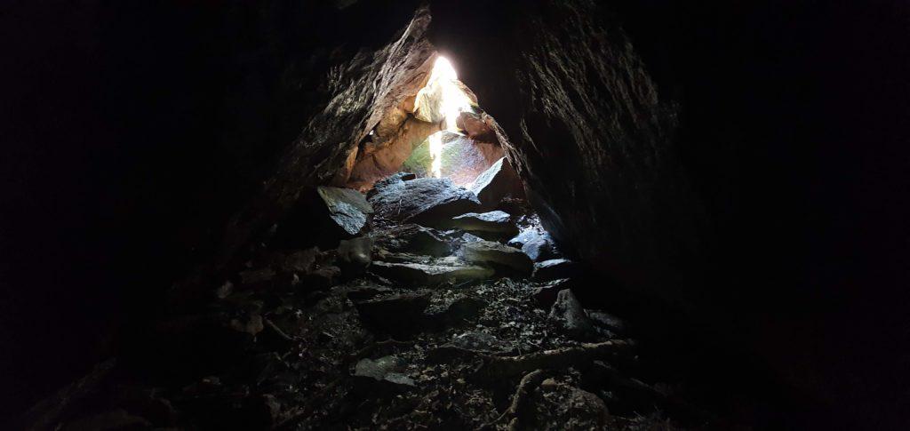 Inifrån en grotta vid Grims Hålor