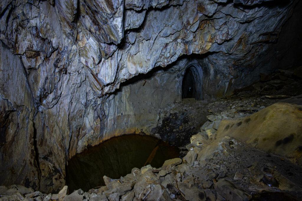 Det vattenfyllda schaktet och den nedre stollgång vid Inglamåla gruva.